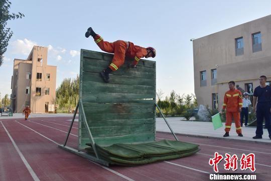 跨过障碍救援。杨文斌 摄