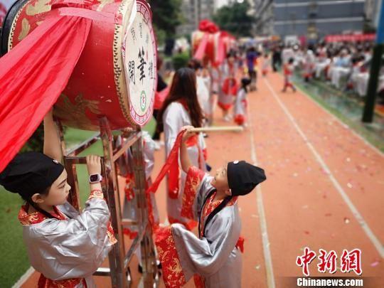 """兰州400余名小学生体验古代""""开笔礼"""" 领略传统中华文化"""
