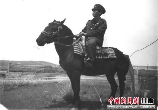 上世纪七十年代税务干部骑马征税。