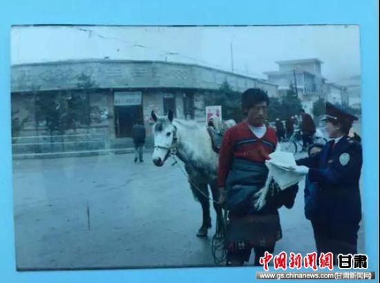 上世纪八十年代初甘南税务人员为农牧民讲税法。