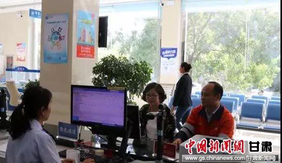 金川公司二矿区财务负责人在办税厅绿色通道办理涉税业务。