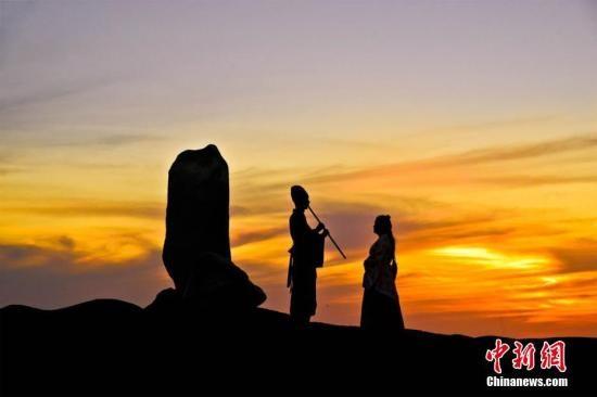 资料图:游客在阳关景区装扮古人送别的凄美场景。 王斌银 摄
