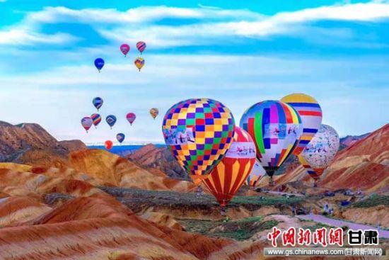 图为七彩丹霞热气球节。