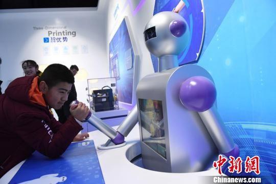 2018年,甘肃张掖市高台县的科技馆开馆吸引市民参观体验。(资料图) 杨艳敏 摄