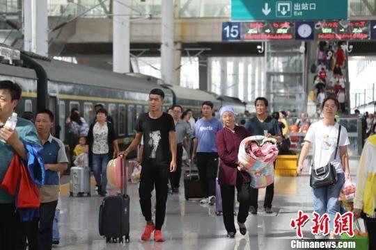 暑运期间,中国铁路兰州局集团有限公司管内游客如织。(资料图) 宋佳龙 摄