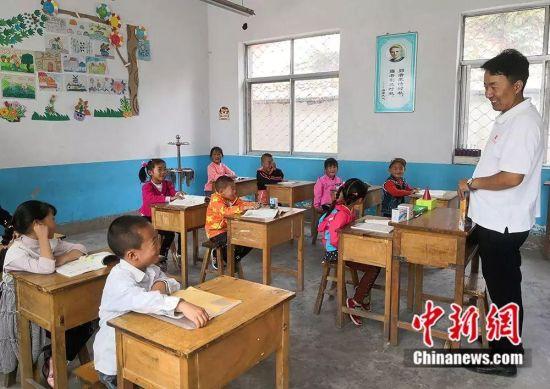 杨锋和孩子们聊天,了解他们暑期情况。