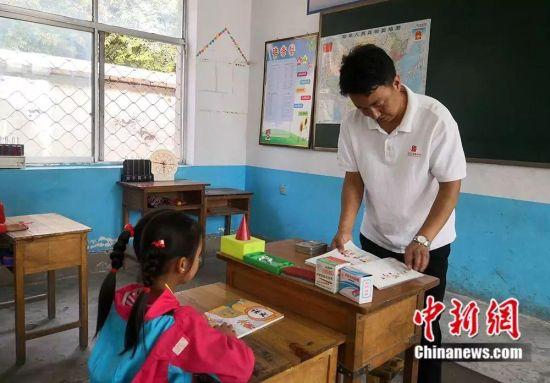 杨锋给孩子们上课。