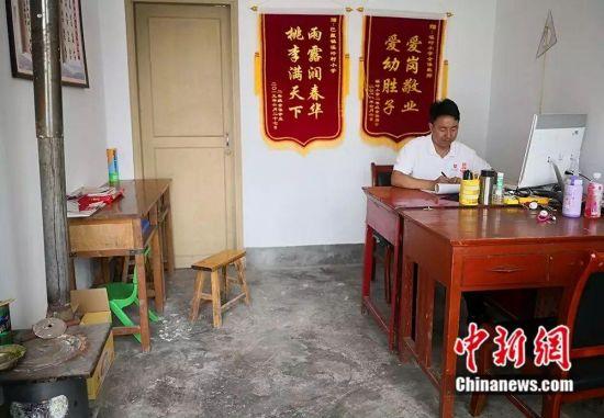 杨锋的办公室。