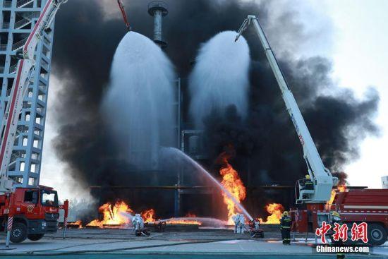 灭火机器人和救援人员协同进行灭火作业。裴海博 摄
