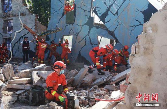 救援人员转移受困人员。师永红 摄