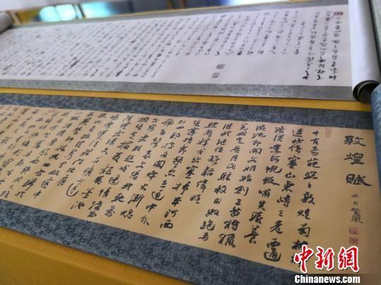 王淑萍收藏的来自全国各地书法爱好者抄写的经书。 丁思 摄