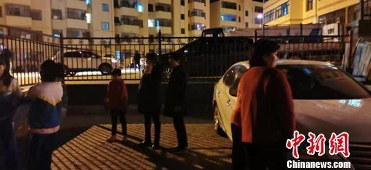 图为9月16日夜,张掖市肃南县民众在户外避险。 武雪峰 摄