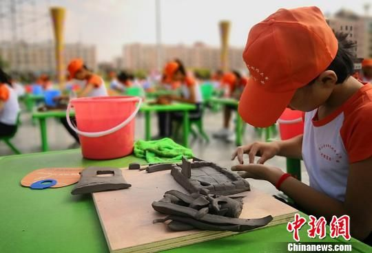 图为甘肃省平川区学生进行陶艺创作。(资料图) 刘玉桃 摄