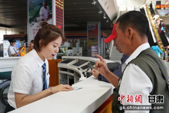 """银川车站""""向阳花""""服务品牌在12306服务台解答旅客疑问、做好重点旅客出行保障,为广大旅客营造温馨、舒适、安全的出行环境,让旅客体验更美好。马登平摄"""