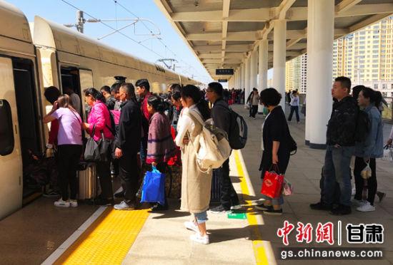 张掖西车站组织旅客犹豫上车 韩建耀 摄