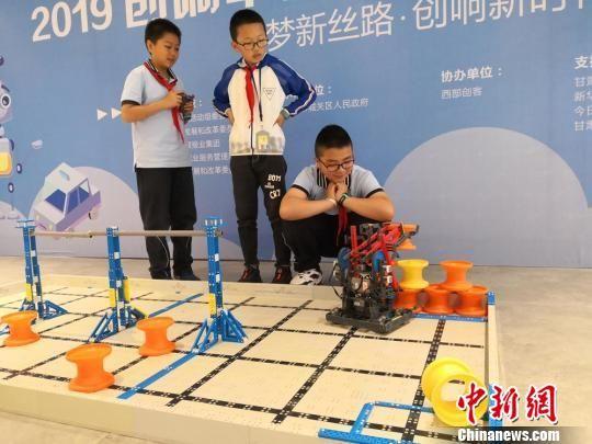 兰州市城关区华侨实验学校五年级学生展示VEX机器人。(资料图) 杜萍 摄