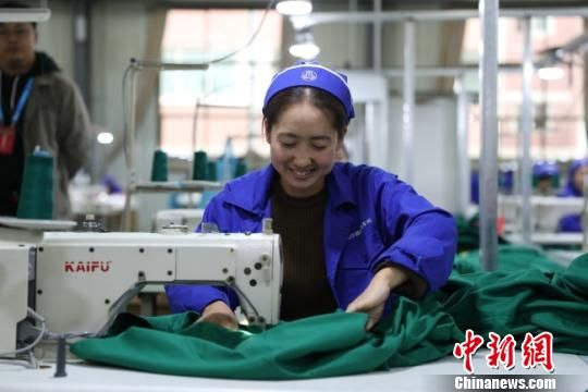 图为正在缝纫的当地女工。 任磊 摄