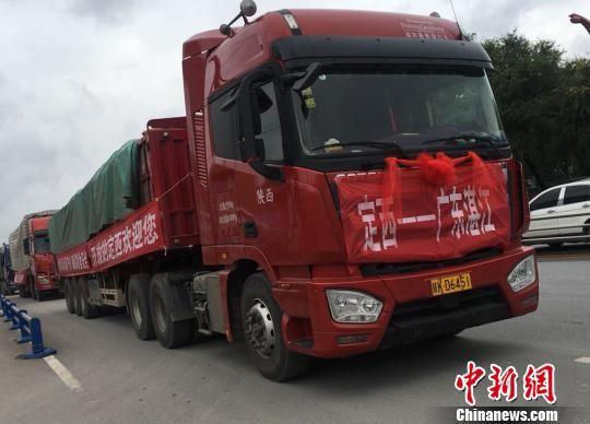当日,50辆满载定西马铃薯的车辆从当地交易中心出发,发往长沙、郑州、广州、成都等终端市场,共运送马铃薯1000吨。图为鲜薯发送现场。 张婧 摄