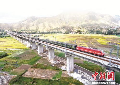 资料图:2017年9月,兰渝铁路全线通车,打通了陇南北上兰州、南下川渝的通道图为兰渝铁路汉王段。冉创昌 摄