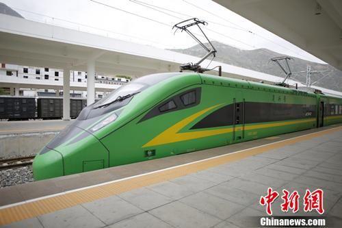 """资料图:图为""""绿巨人""""动车驶入陇南站。冉创昌 摄"""