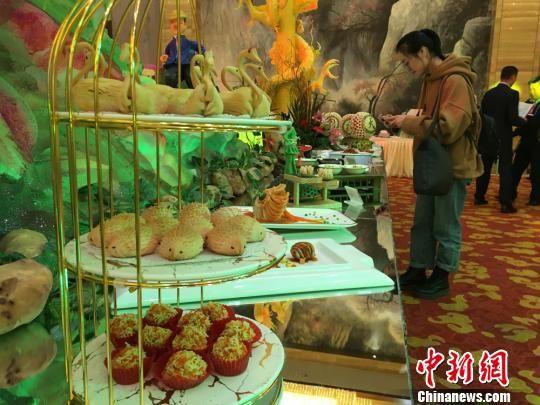 圖為此次活動中以馬鈴薯為原材料烹飪制作的馬鈴薯系列佳肴展示。 張婧 攝