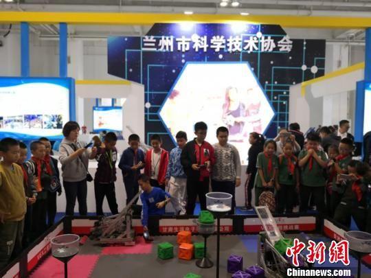 9月21日,第四届兰州科技成果博览会启幕,图为小学生体验科博会展出的项目。 杨娜 摄