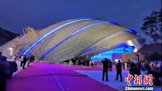 """""""日月馆""""展演场馆设计巧妙、外形独特,外观呈半圆形,由两片独立的顶棚覆盖,设计理念体现了古人天圆地方的空间概念。西固区融媒体中心供图"""