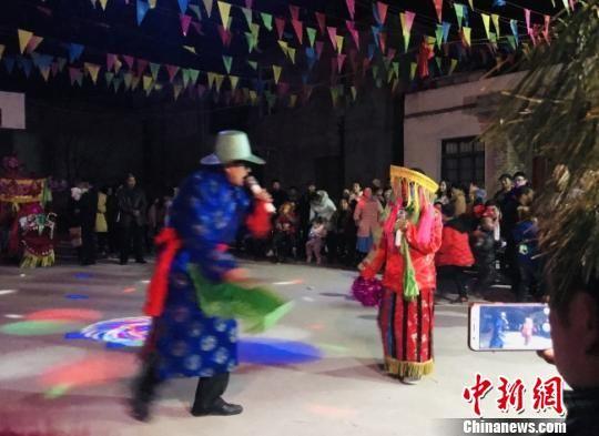 图为甘肃陇南市宕昌县街上村民众在硬化后的场地娱乐。(资料图) 闫姣 摄