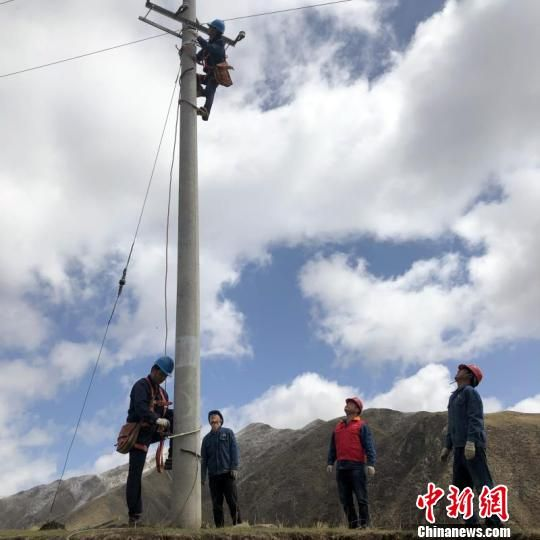 图为甘肃省甘南州配农网工程施工中。 张华 摄