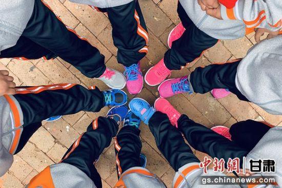 孩子们穿上新鞋子。辛荣钰 摄