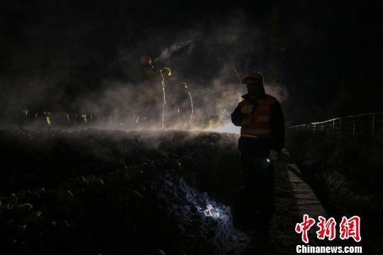 图为兰州工务机械段的干部职工正在陇海线上进行线路清筛施工作业。 王守宁 摄