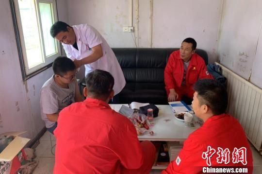 油区医生为单井点员工进行专门就诊。 杜嘉 摄