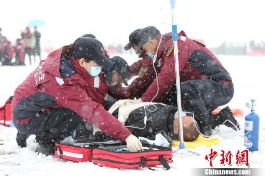 图为模拟演练现场紧急救援。 钟欣 摄