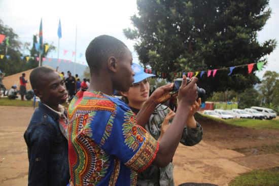 中国维和官兵向SOS儿童村的孩子讲授如何使用数码相机。