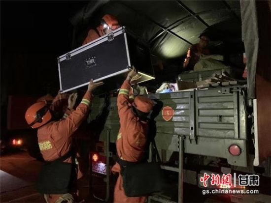 图为帮助受灾群众运送物资。甘肃省森林消防总队供图。