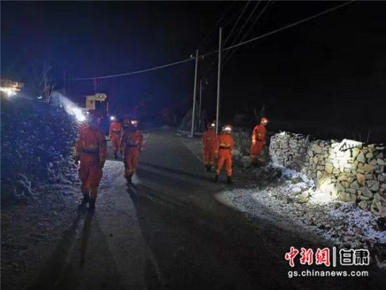 先遣分队紧急向震中机动。 甘肃省森林消防总队供图