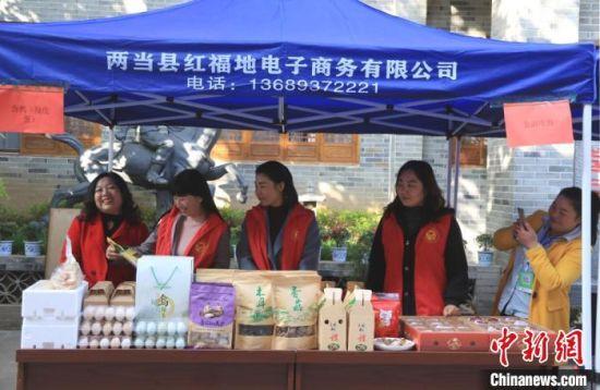 图为甘肃陇南市两当县电商企业设摊吸引来往游客。 李董 摄