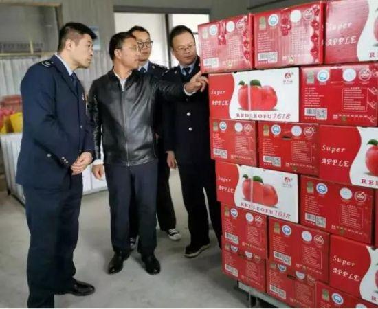 王志伟向税务干部介绍苹果出口情况。