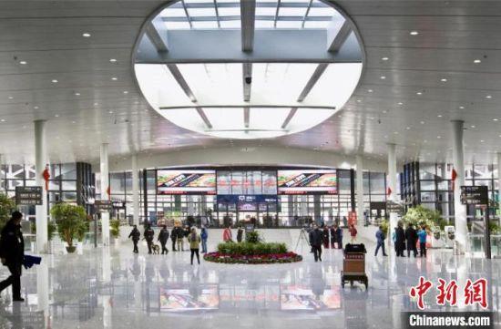兰州中川国际机场,实现了无纸化通关、自助登机牌办理、自助行李托运等业务。(资料图)甘肃省民航机场集团提供