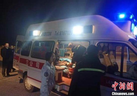 图为患病旅客被送往就近医院进行进一步治疗。 刘文娟 摄