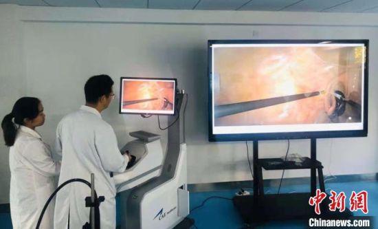 图为兰州大学培养免费医学定向生模拟微创腔镜手术示教。(资料图) 钟欣 摄