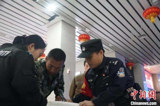 图为冯旭东正在询问车站流量。 高康迪 摄