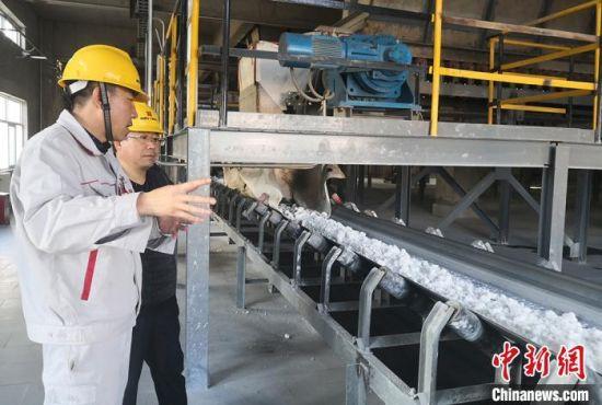 图为钛白粉生产线。 刘玉桃 摄