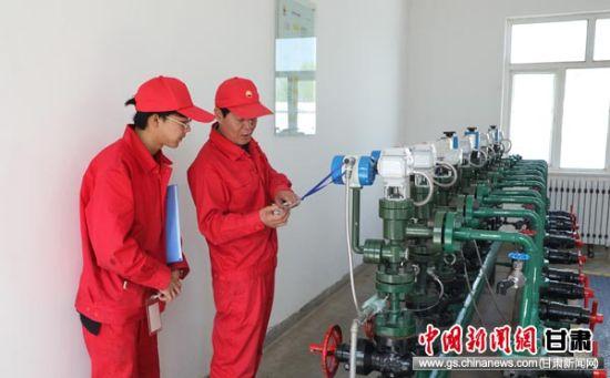 长庆采油二厂党员干部学做结合深入一线帮促基层解难题