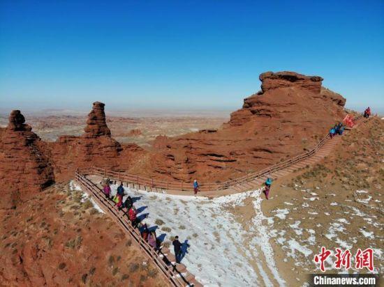 图为游客畅游雪后平山湖大峡谷。 杨艳敏 摄