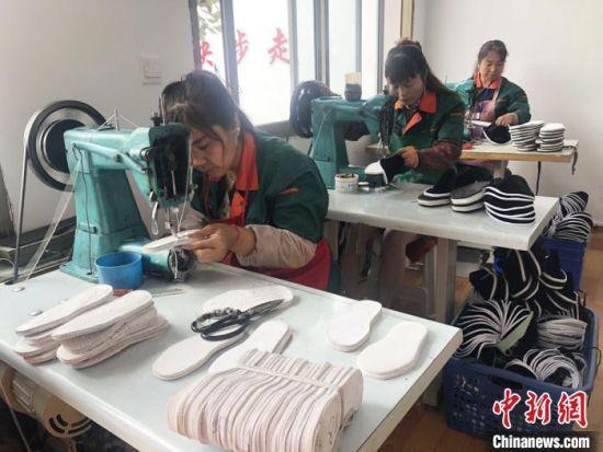 """甘肃省贫困地区妇女经过当地""""巾帼扶贫车间""""培训后,在""""家门口""""就业增收。(资料图)  徐雪 摄"""