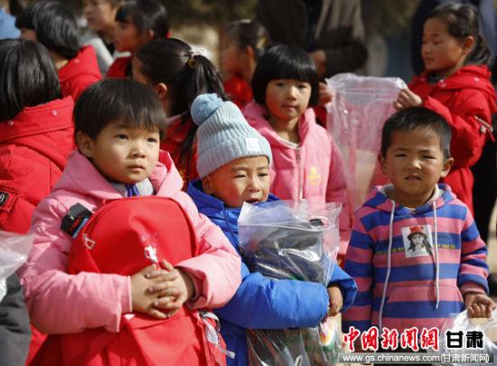 拼多多情暖甘肃贫困山区为扶贫干部和留守儿童送温暖