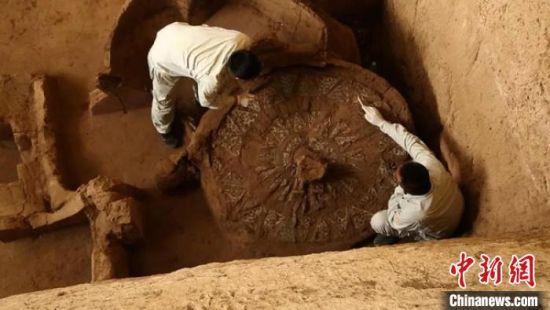 图为考古人员对马家塬墓地进行清理发掘。(组图)甘肃省文物考古研究所供图
