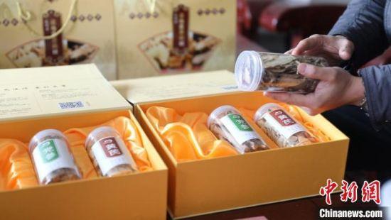 图为岷县维新镇扎哈村精品包装的中药材。 张赛 摄
