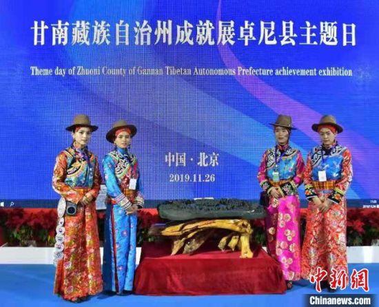 《中华民族大团结砚》展示给观众。供图
